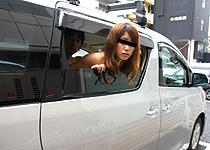 窓一枚向こうは通行人!アイドル追っかけGALに公衆の面前で中出し!【しろハメ】